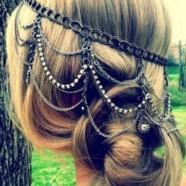 Ожерелье в волосах