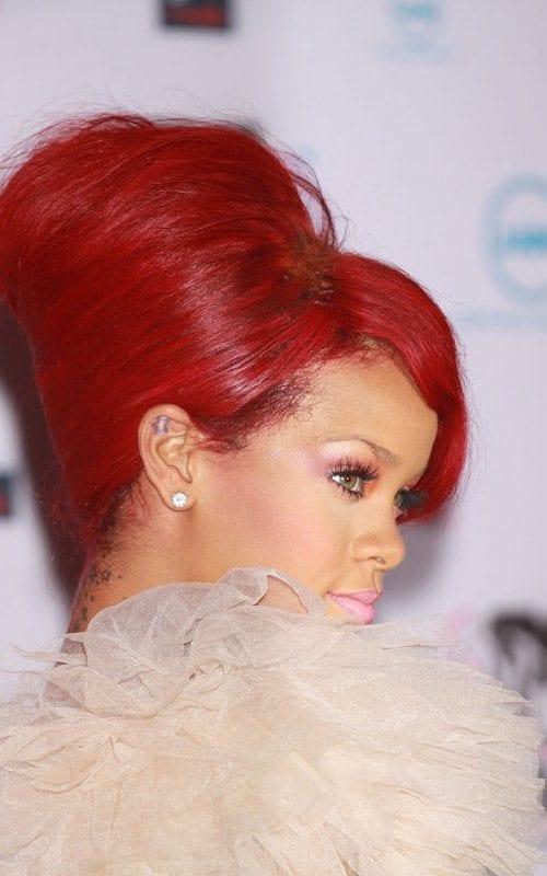 Рианна с красными волосами неотразима