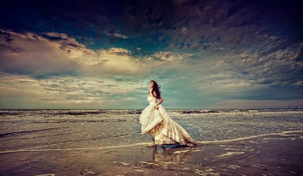 фото девушек сзади на фоне моря в платье