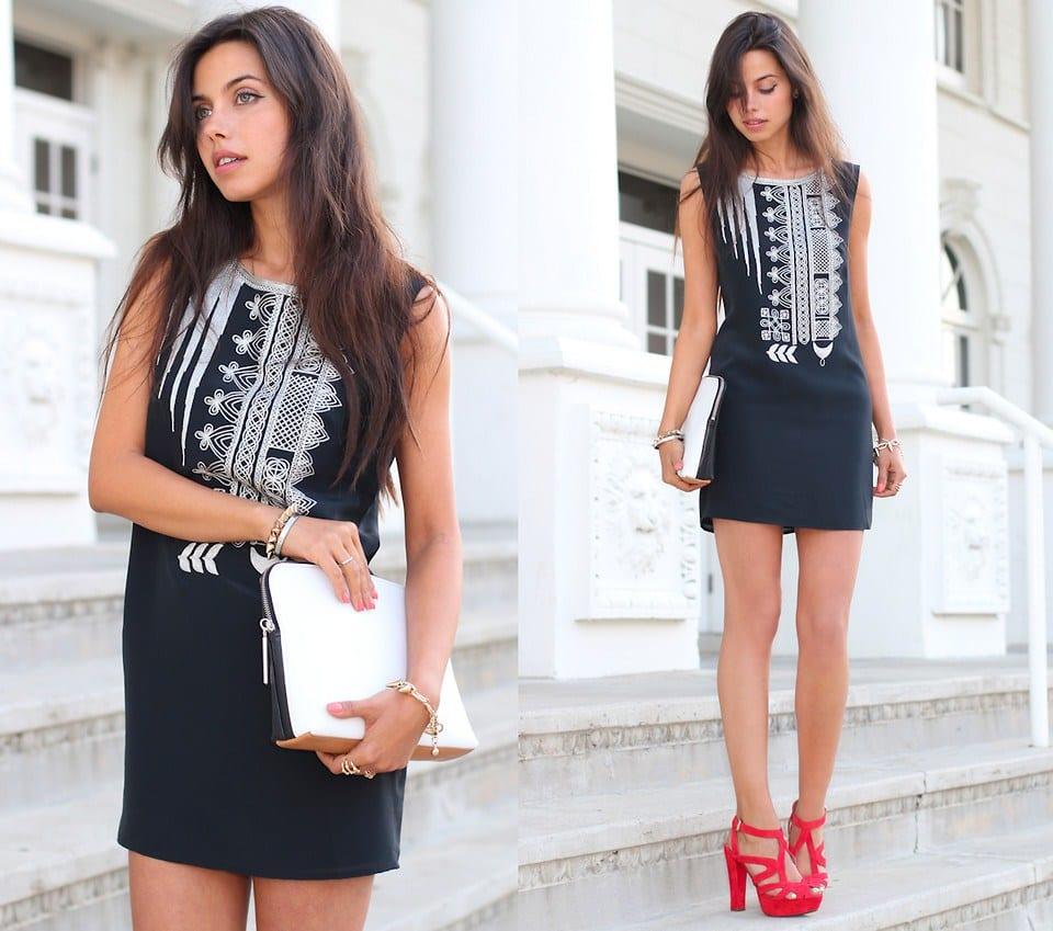 Черное платье и красные босоножки