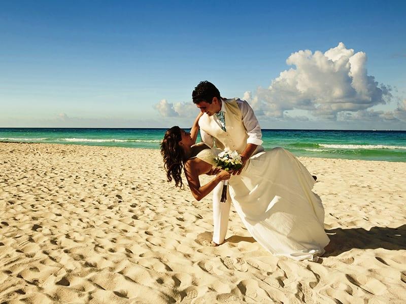 Фото свадьбы на море со спины