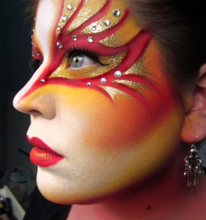 Вместо густого макияжа можно сделать мейкап smoky eyes, который позволит выглядеть магически и загадочно, а.