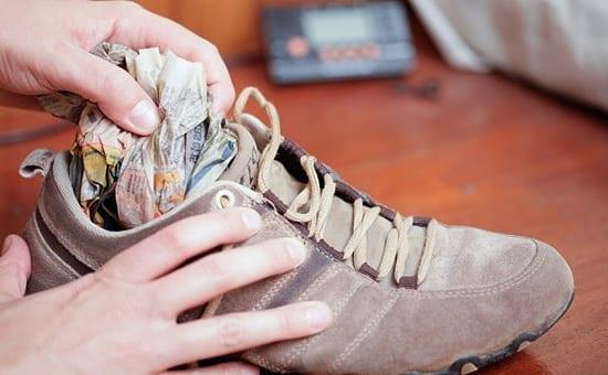 Разносить обувь с помощью газет