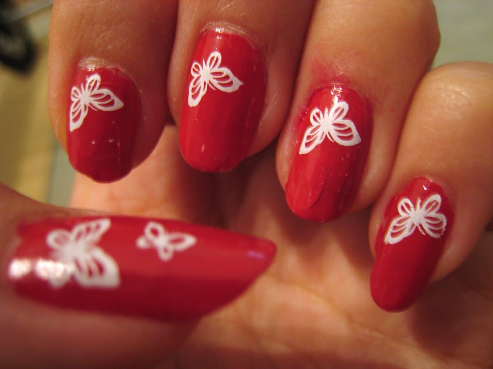 Желтый рисунок на красных ногтях