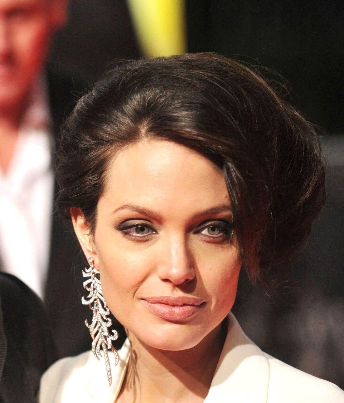 От бунтарки до женщины мечты: бьюти-эволюция Анджелины Джоли