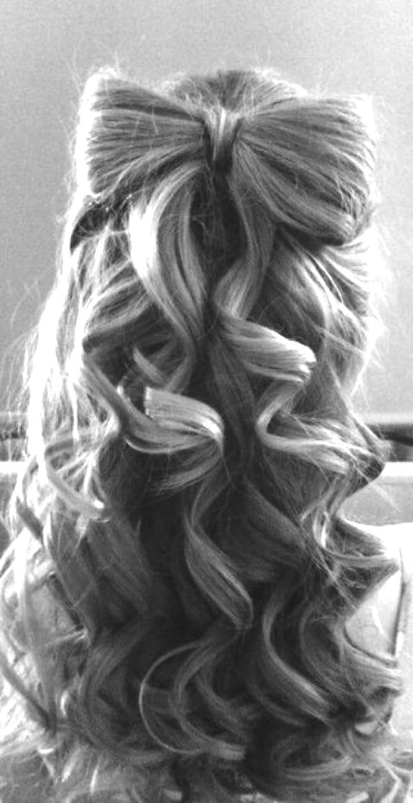 Прическа с бантом из волос и локонами