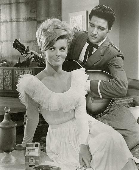 А вот в самом начале 60-х годов в моде были свадебные платья с пышной юбкой «карменовского» типа. Сказывалось влияние женственной моды 50-х