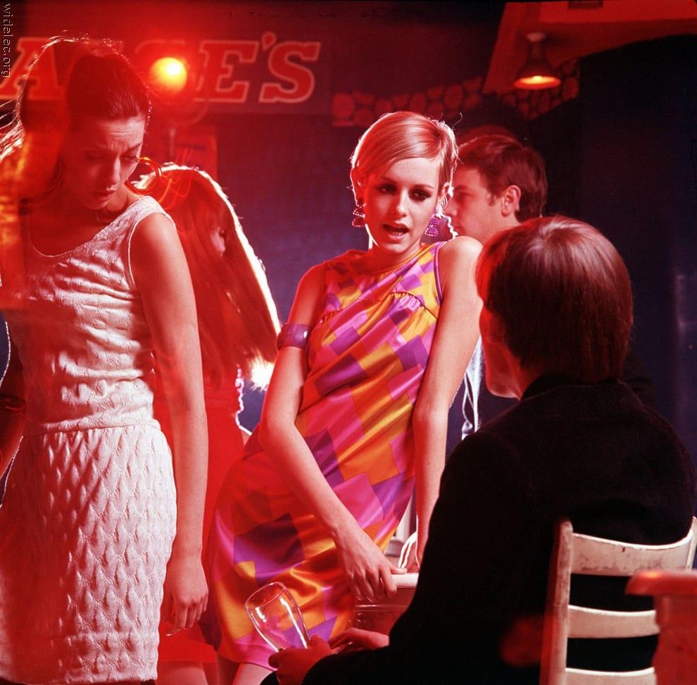 Яркое платье для дискотеки 60-х