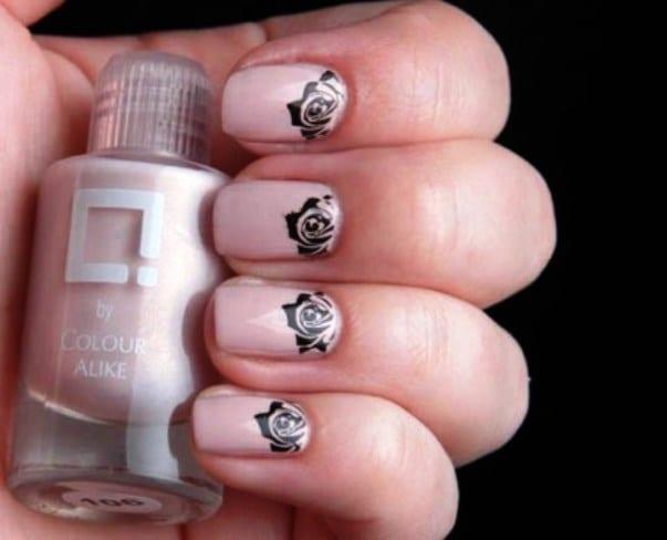Лунка ногтя выделена розочкой