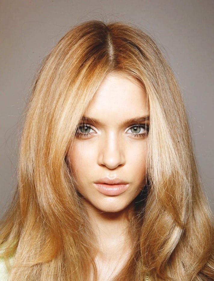 Светлые волосы, голубые глаза