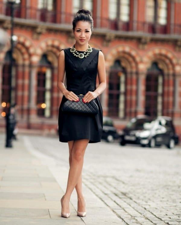 Черное платье бежевые ботильоны
