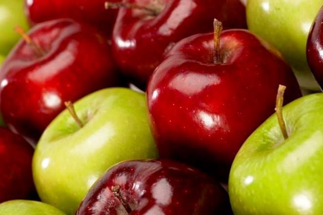 Яблоки в масках для лица