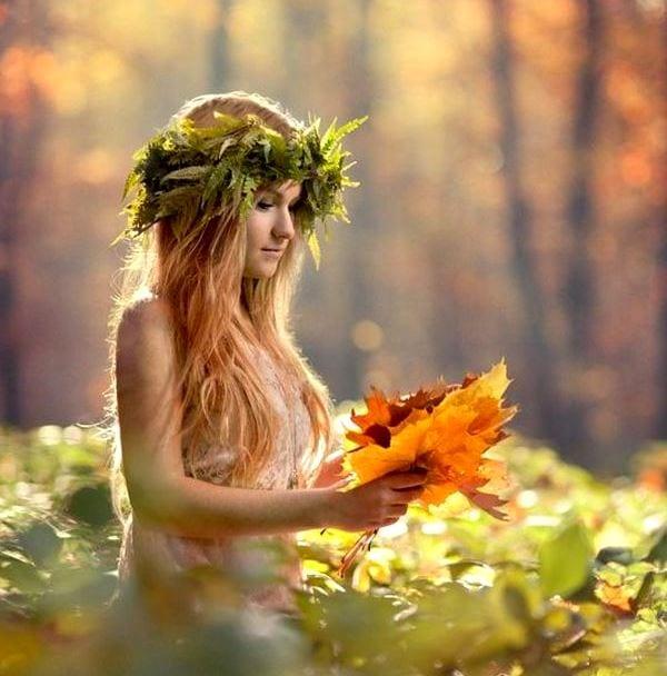 Девушка с желтыми листьями