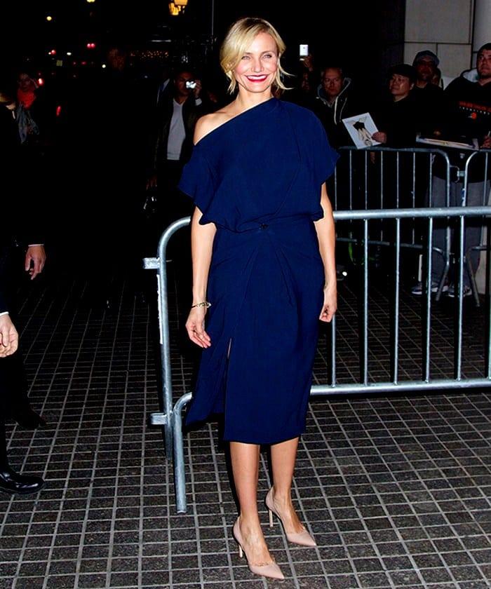 Синее платье розовые туфли фото