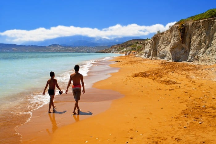 Пляж с красным песком