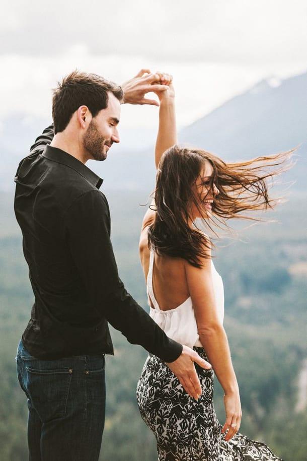 Парень танцует с девушкой