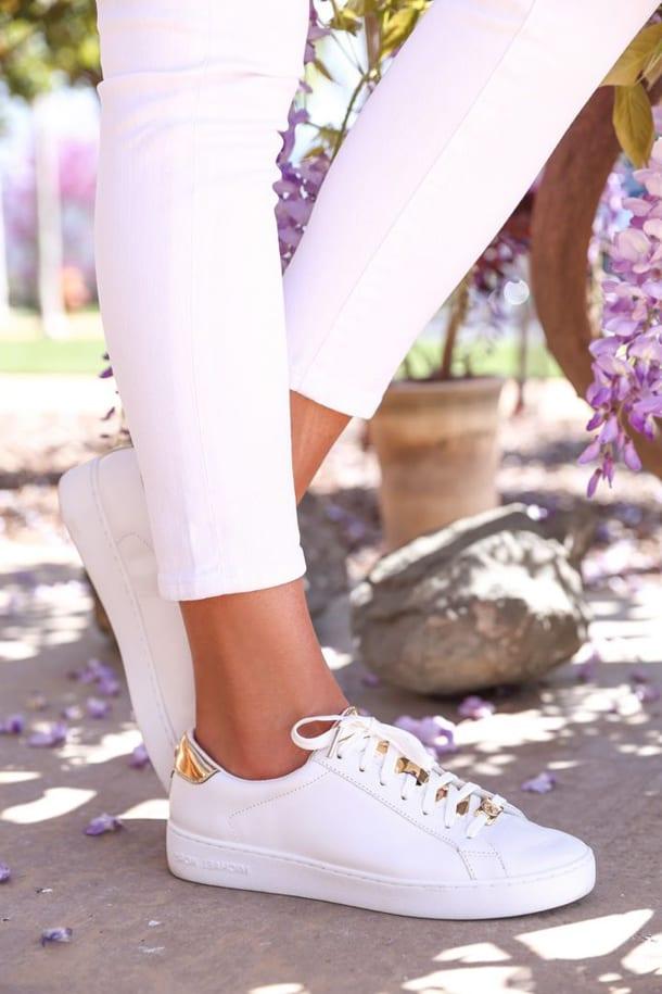 Белые кроссовки и леггинсы