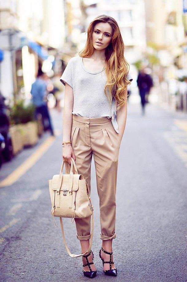 Девушка в светлых брюках на улице