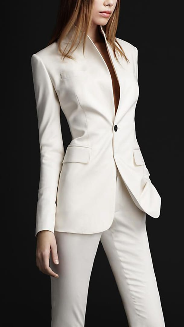 Девушка в белом брючном костюме