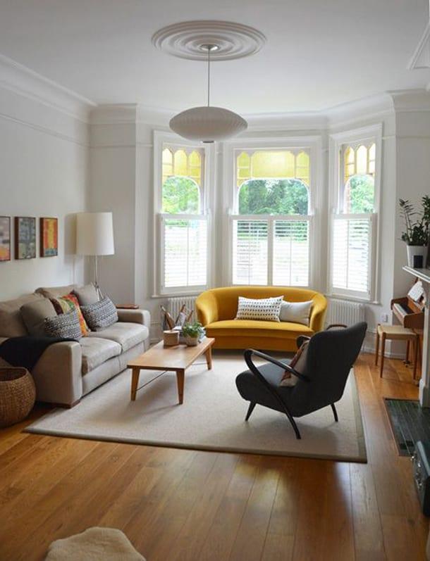 Комната с белой и желтой мебелью