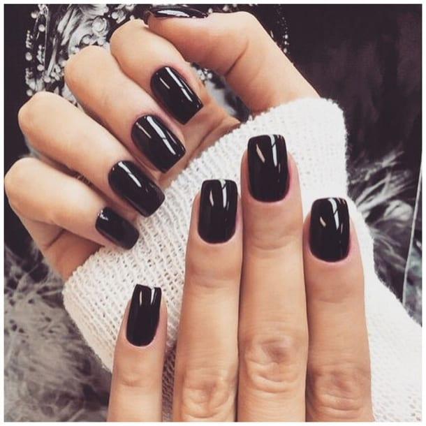 Ногти, покрытые черным лаком