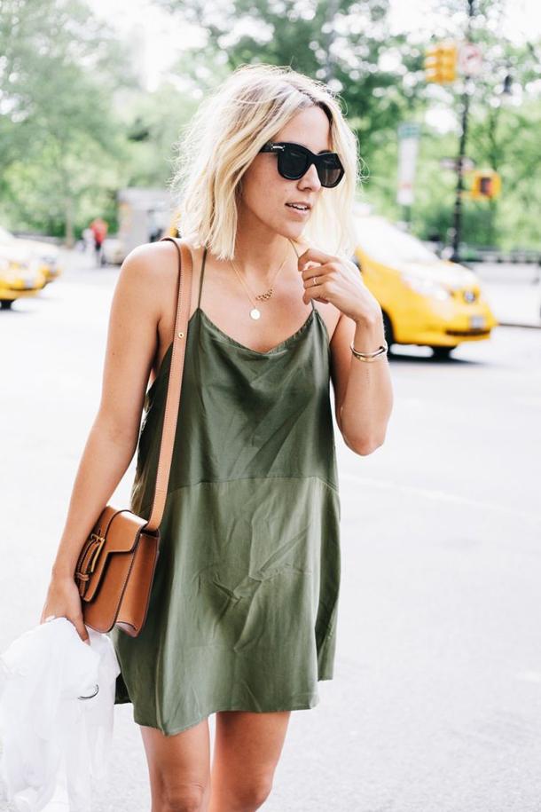 Блондинка в зеленом платье
