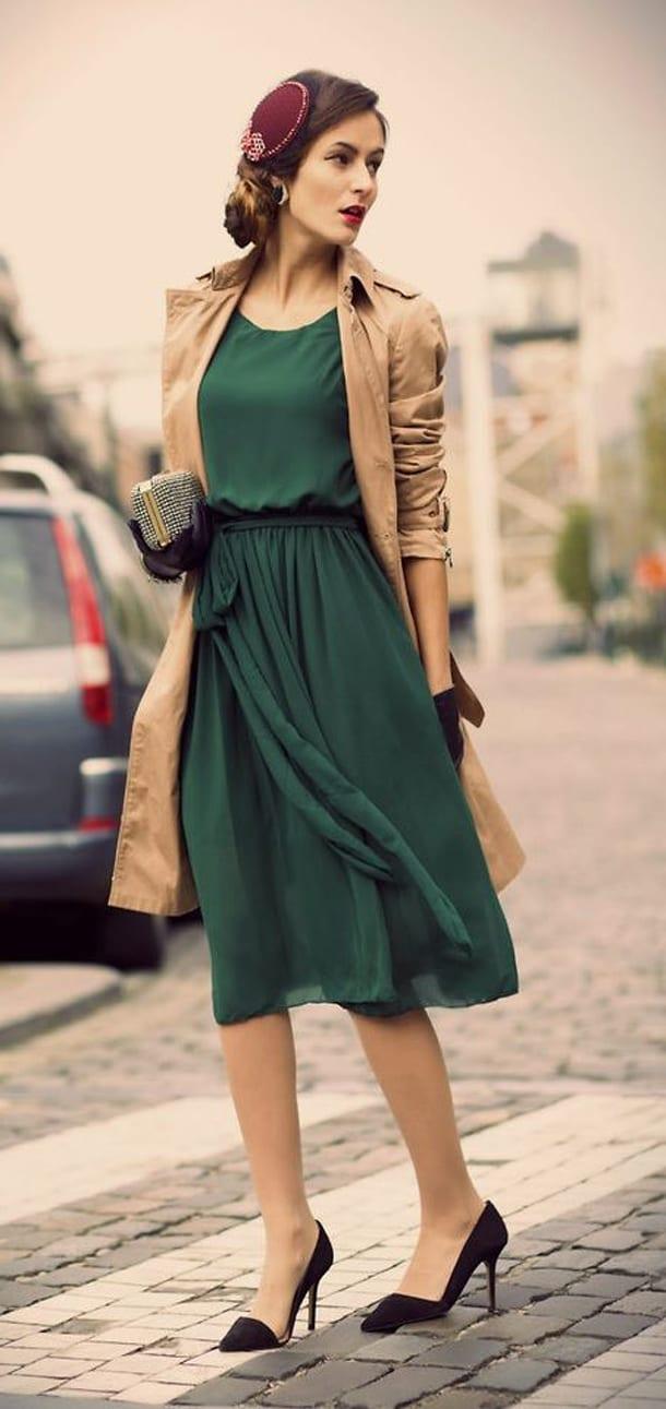 Девушка на улице в зеленом платье