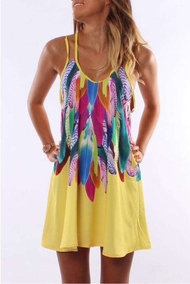 Девушка в цветном летнем платье