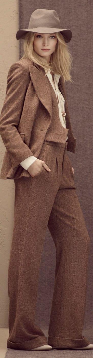 84322250397 А сделать образ в таком костюме более женственным и нежным помогут  элегантные туфли