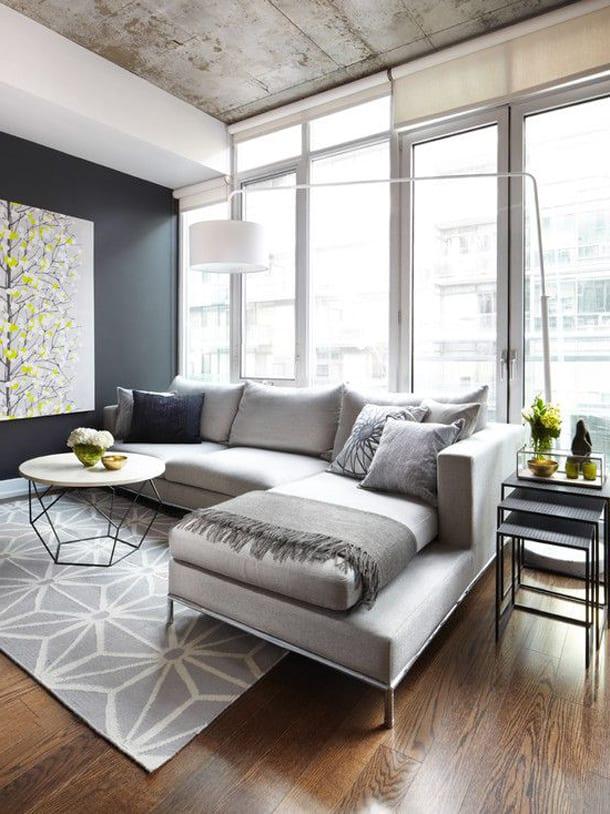 Комната с серым угловым диваном