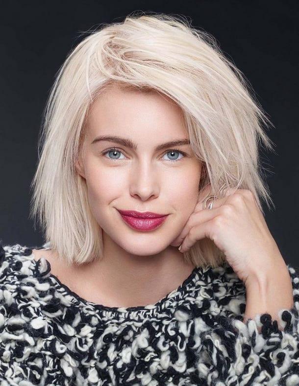 Блондинка, волосы средней длины