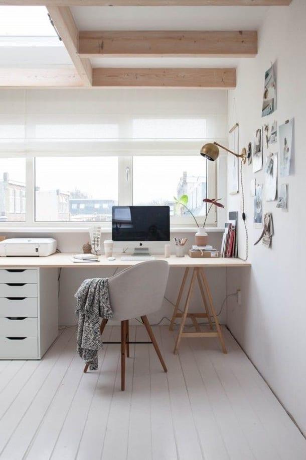 Офисный стол, ноутбук