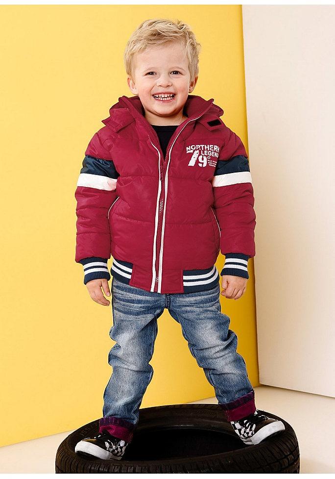 Мальчик в куртке и джинсах
