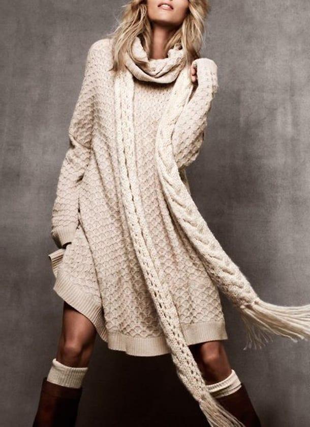 Девушка в светлом вязаном платье