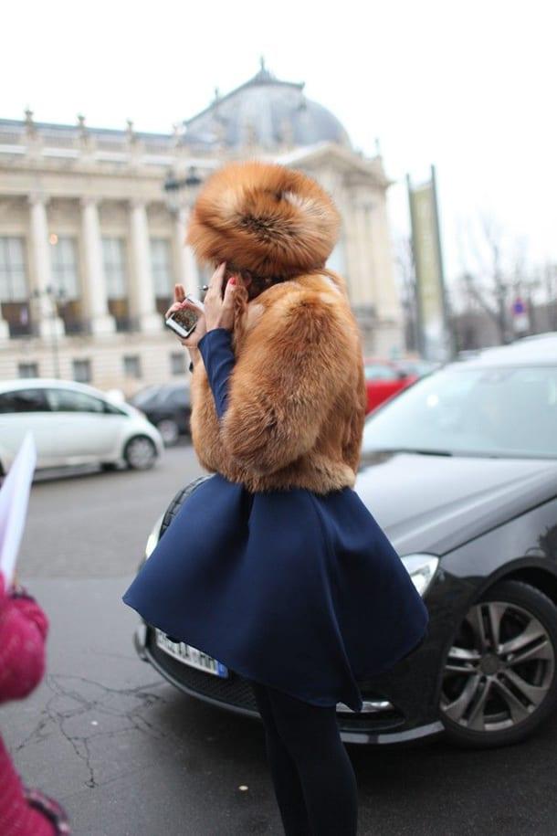 Девушка в полушубке и юбке на улице