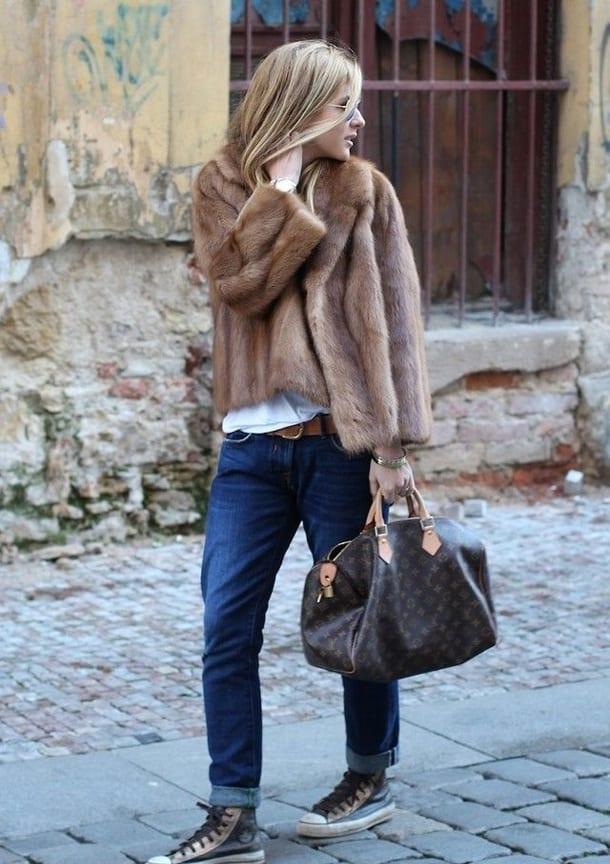 Девушка в джинсах и норковом полушубке