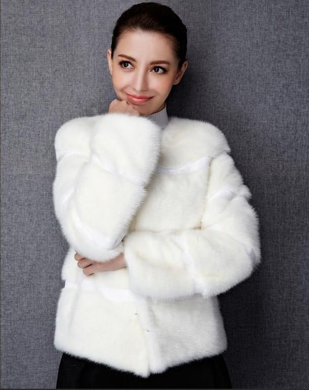 Девушка в белом полушубке