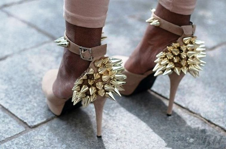 Золотистый декор на обуви