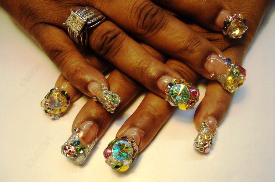 Чрезмерно украшенные ногти