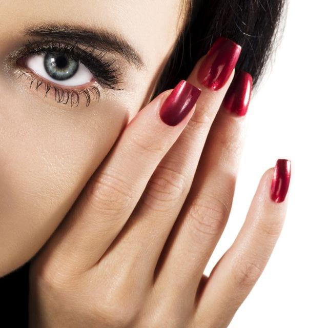 Бордовый лак для ногтей