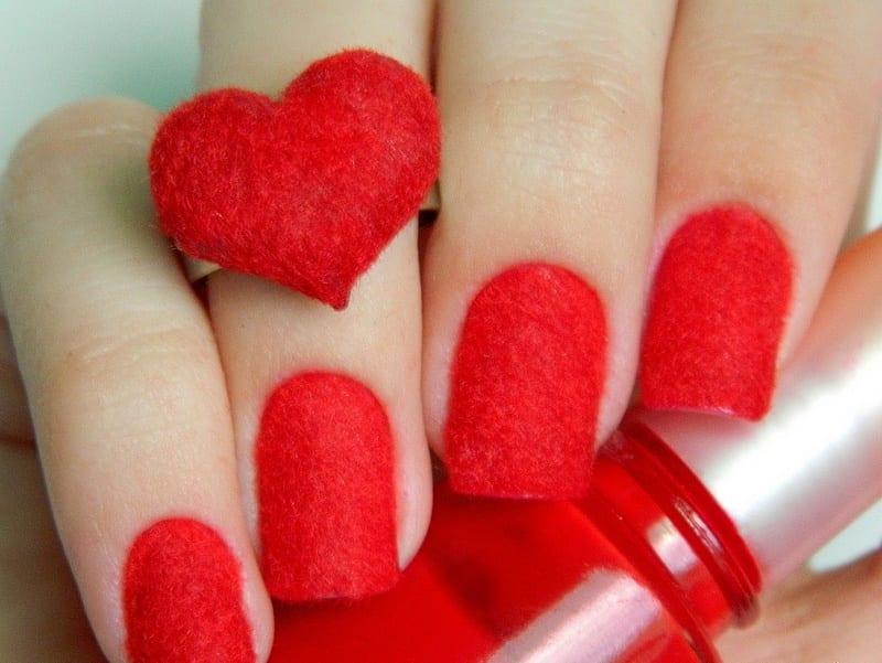 Красное покрытие на ногтях
