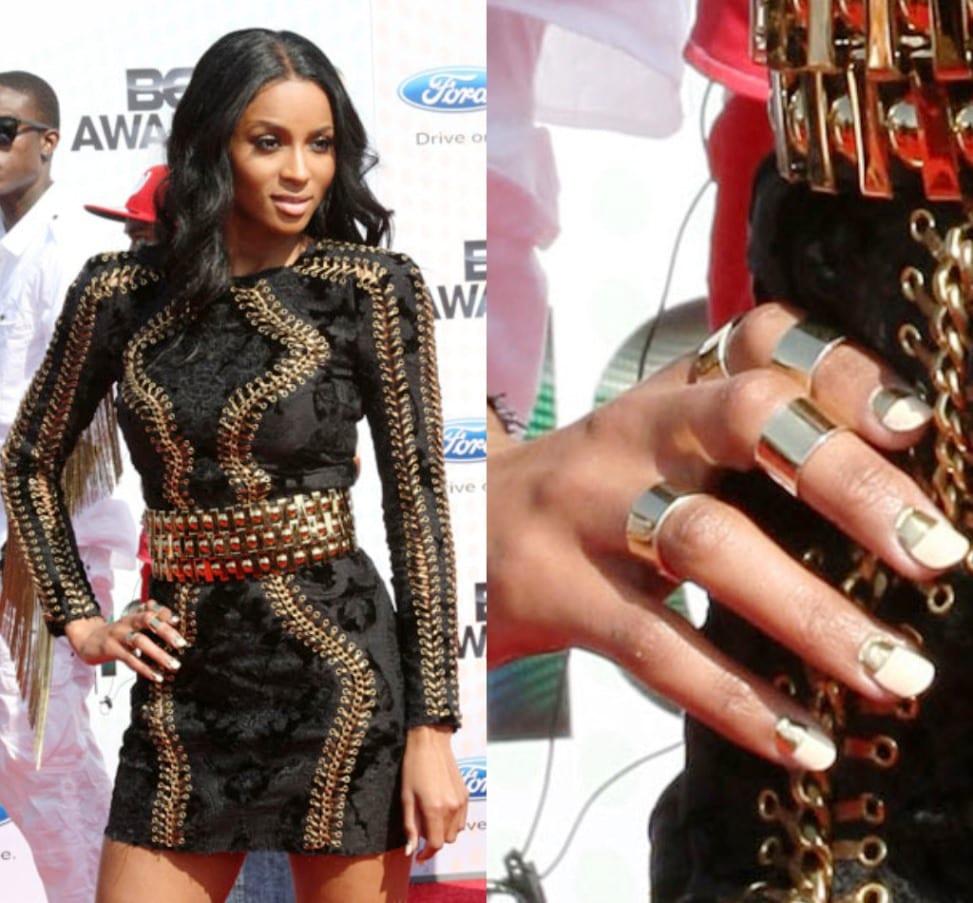 Певица Сиара выбирает золото на ногтях
