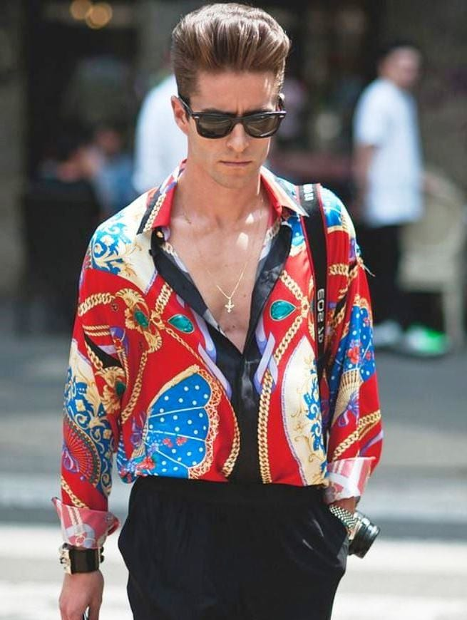 Мужчина в яркой одежде