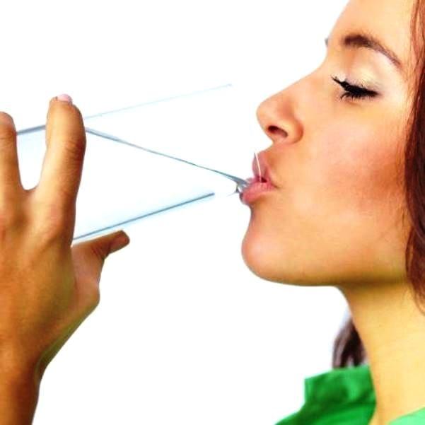 Вода от сухости губ