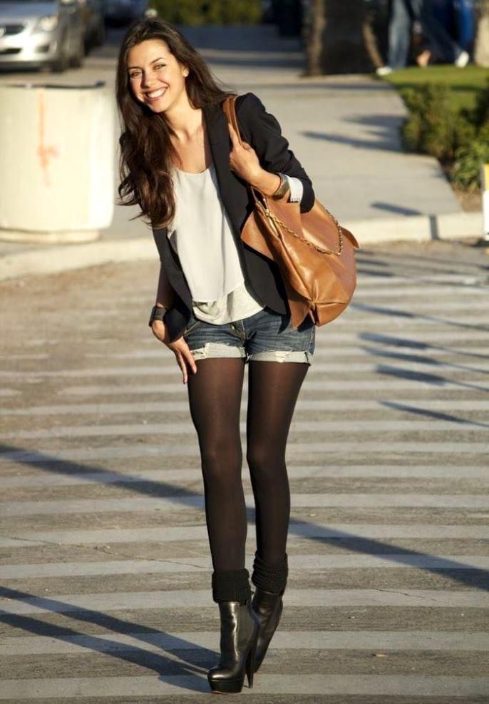 Черные колготки и короткие шорты