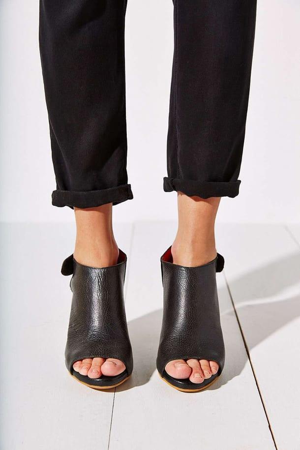 Черные брюки и обувь