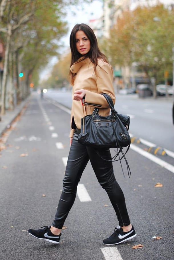 Девушка в куртке на улице
