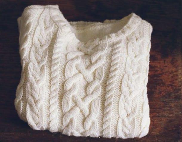 Вязаный белый свитер