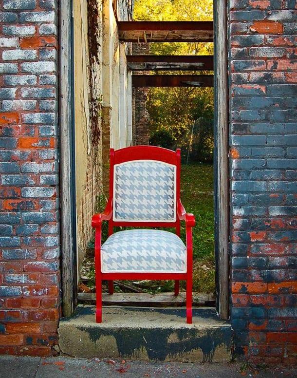 Красный стул на улице