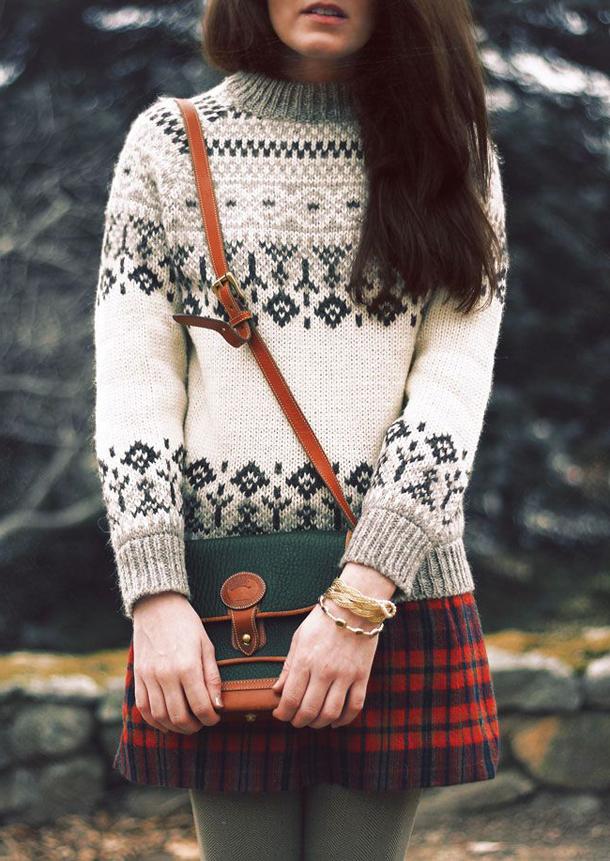 Девушка в белом свитере и юбке